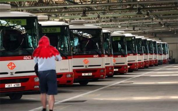 Řidič autobuse v přestávce mezi dalším čtvrcením